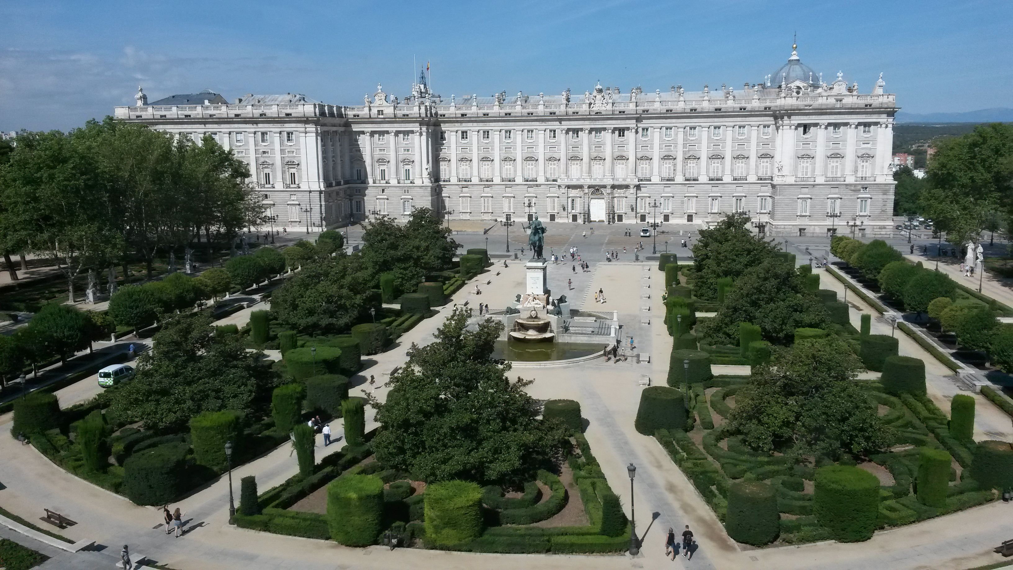 Madrid tra tapas e storia for Jardines palacio real madrid